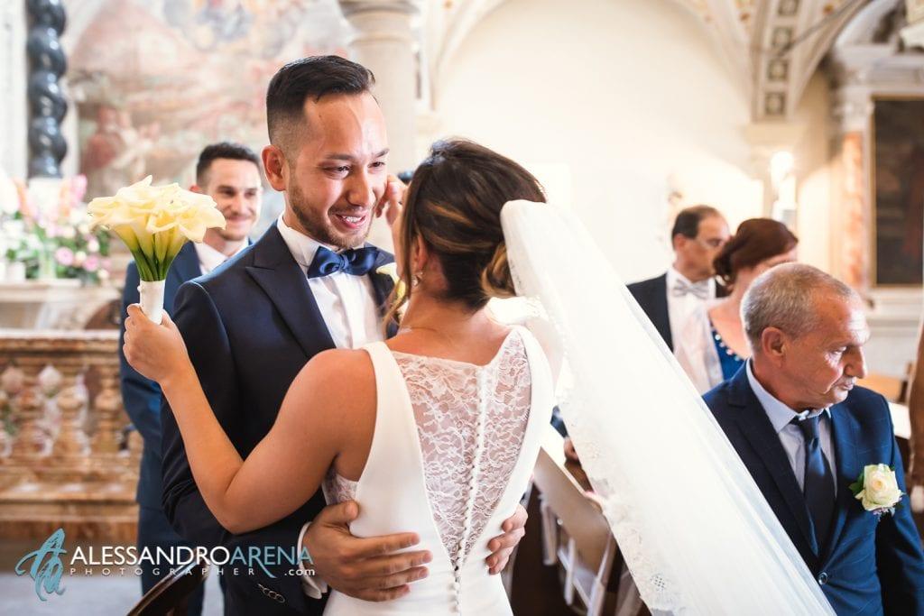 sguardo tra gli sposi - matrimonio chiesa di pazzalino