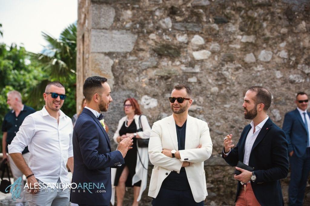 Sposo accoglie gli invitati - reportage matrimonio lugano ticino svizzera