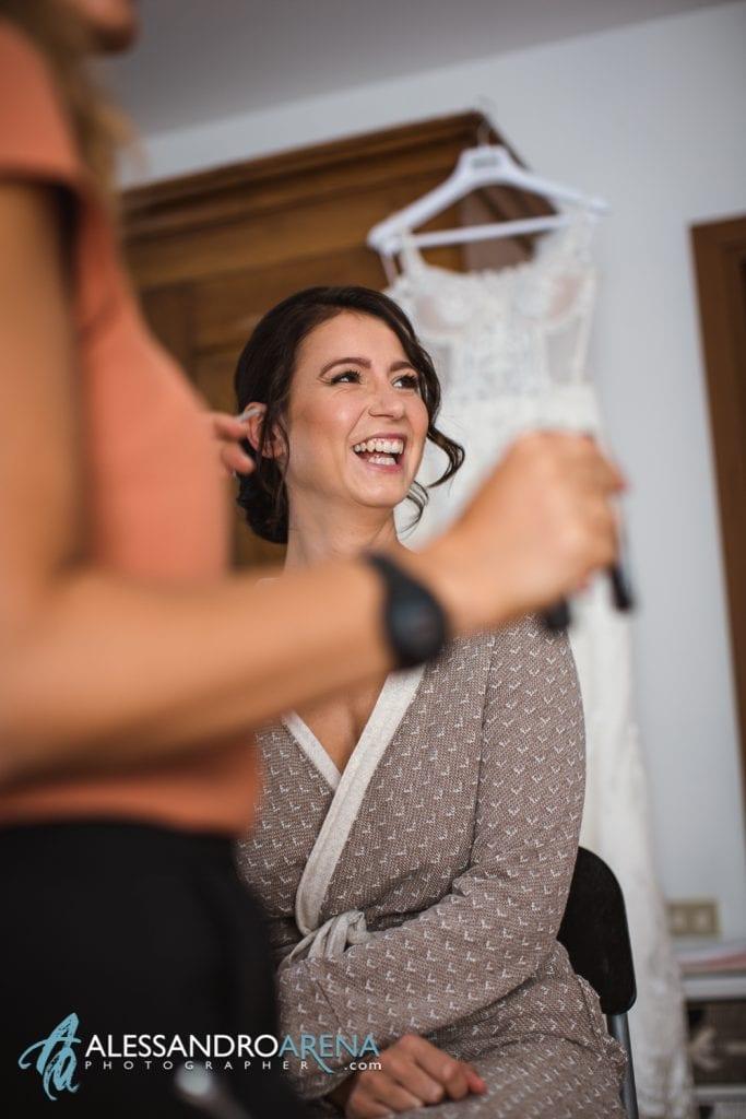 Sposa sorridente durante il trucco - Bride Make-up Lake of Garda