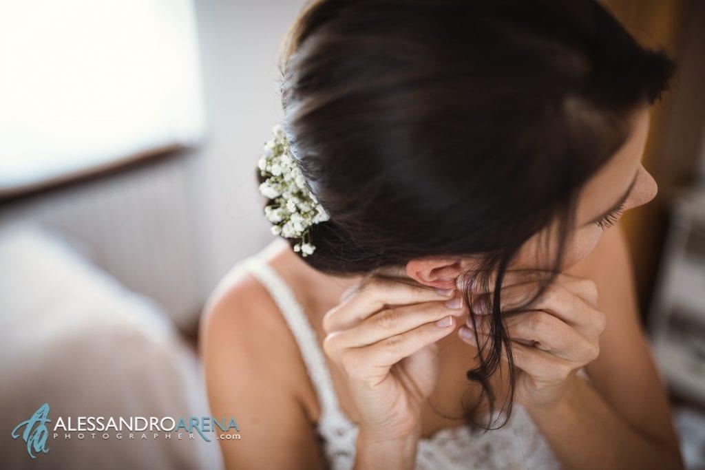 La sposa indossa gli orecchini - Lago di Garda - fotografo matrimonio verona