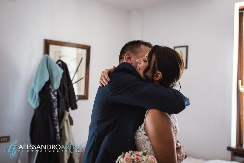 La sposa abbraccia il padre - Lago di Garda - fotografo matrimonio verona