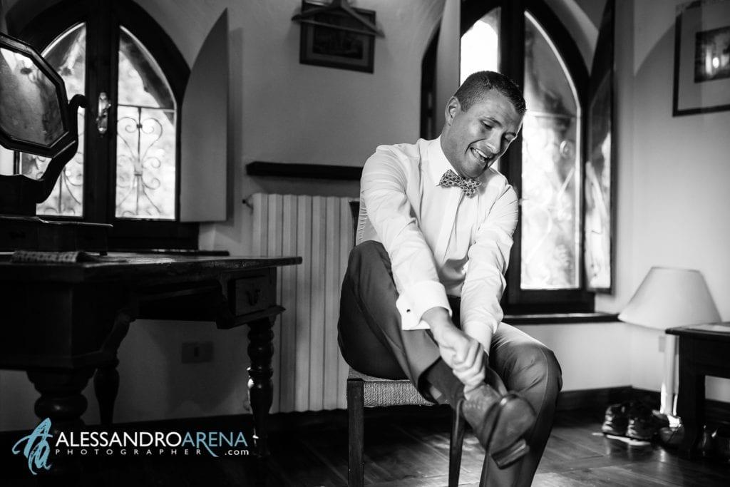 lo sposo indossa le scarpe - Lago di Garda - provincia di Verona