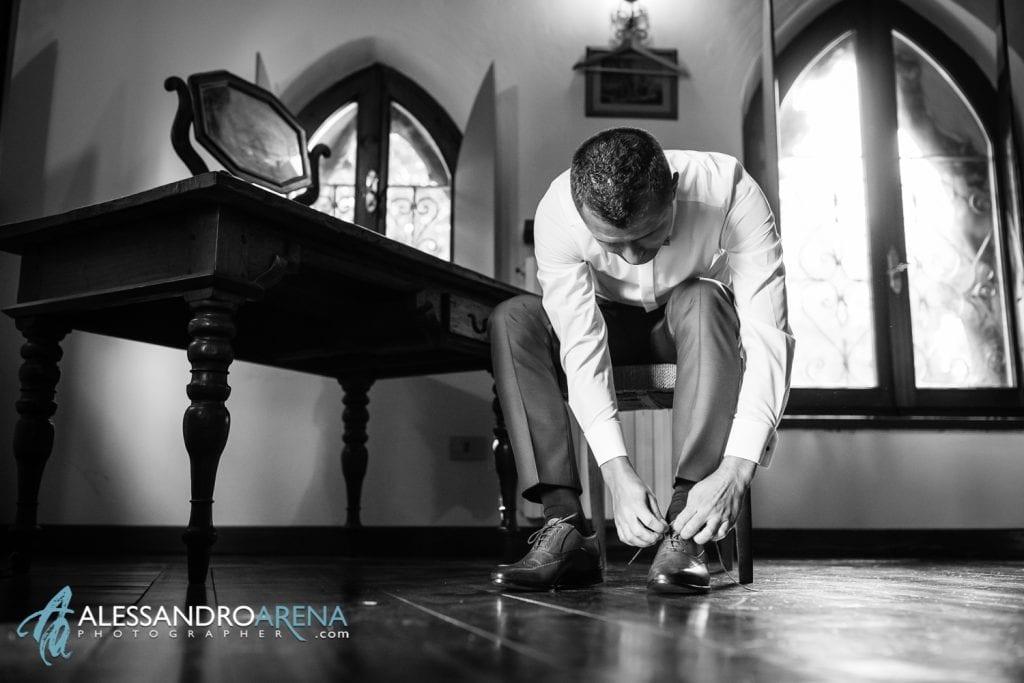 lo sposo allaccia le scarpe - Lago di Garda - provincia di Verona