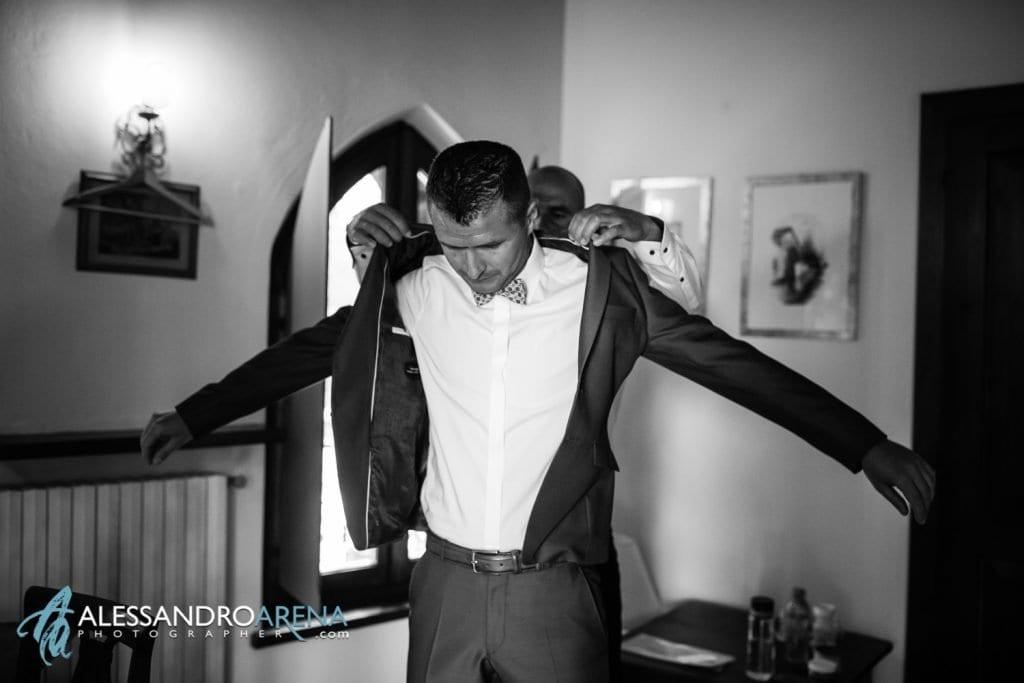 lo sposo indossa la giacca - Lago di Garda - provincia di Verona