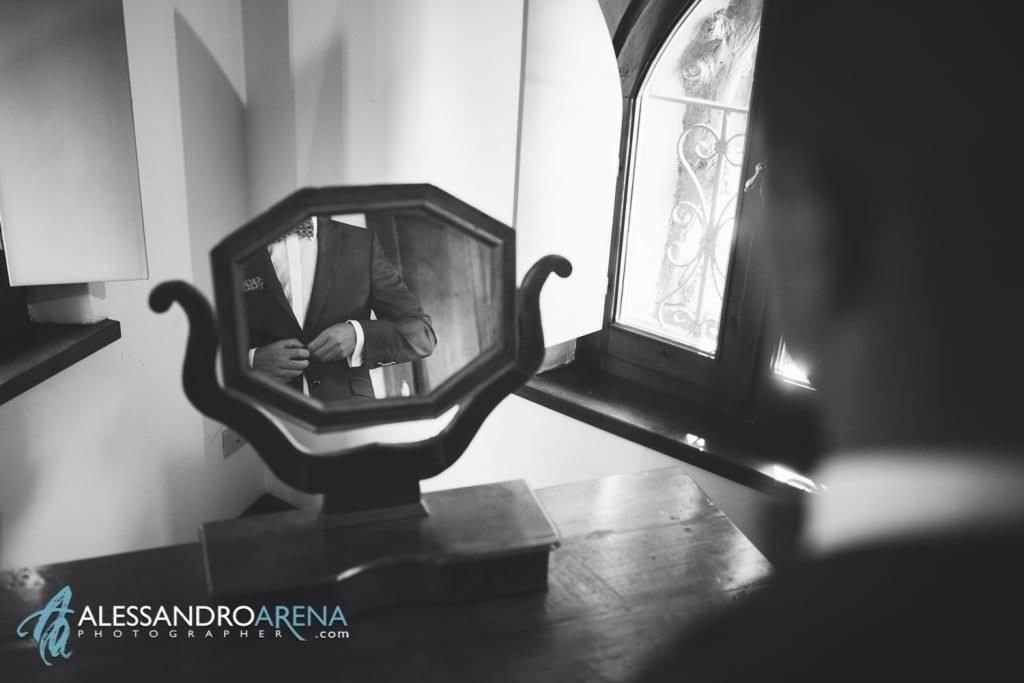 Lo sposo sistema la cravatta - Lago di Garda - provincia di Verona