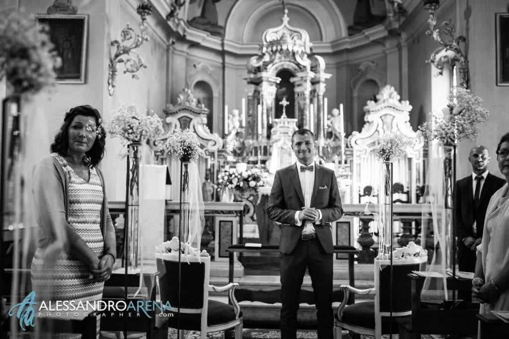 Lo sposo sull'altare - Matrimonio Chiesa San Martino di Albisano - Lago di Garda - fotografo provincia di verona