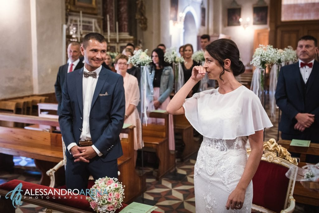 Primo sguardo tra gli sposi - Matrimonio Chiesa San Martino di Albisano - Lago di Garda - fotografo provincia di verona