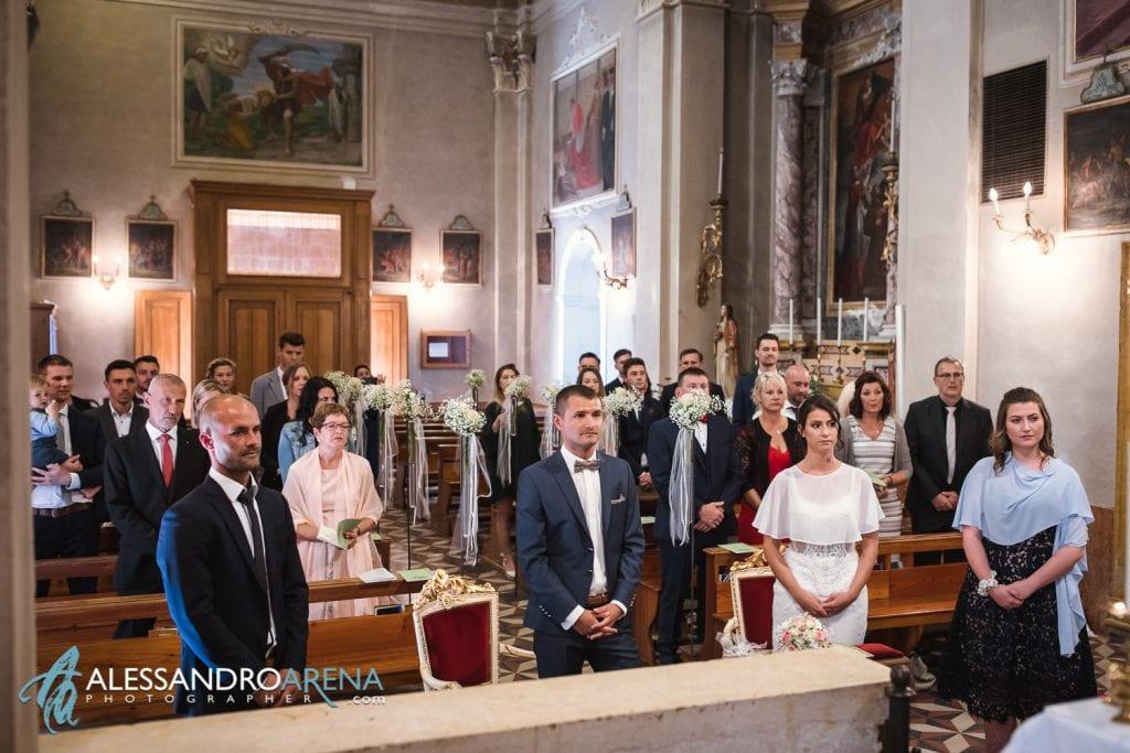 Sposi e testimoni sull'altare - Matrimonio Chiesa San Martino di Albisano - Lago di Garda - fotografo provincia di verona