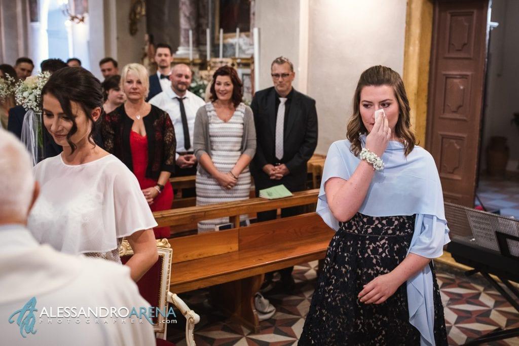 La sorella della sposa si commuove