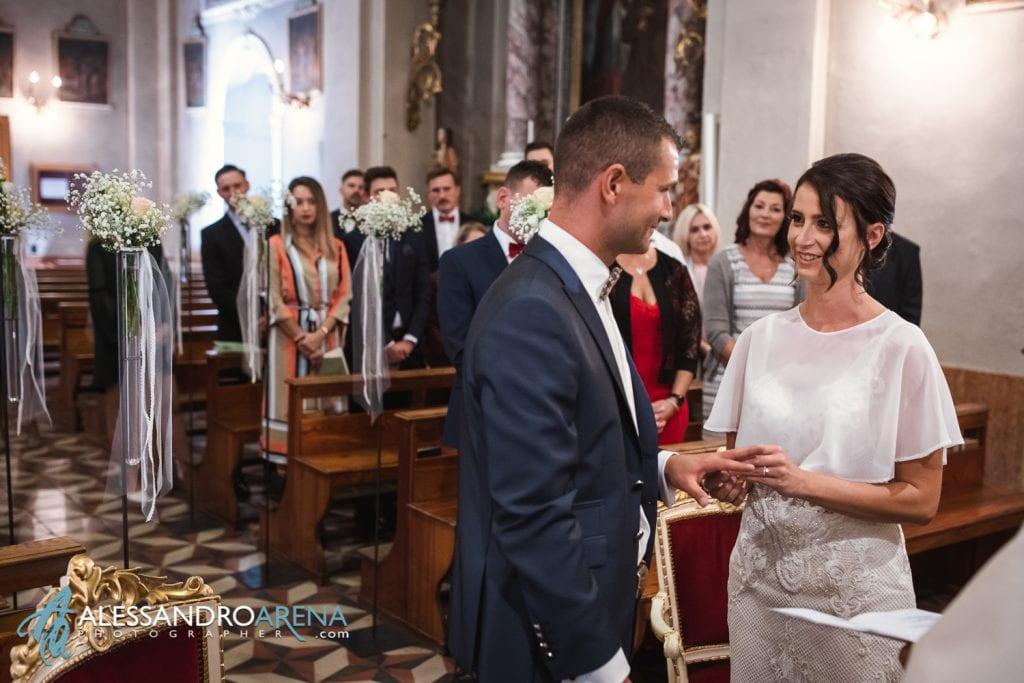 Lo scambio degli anelli - Matrimonio Chiesa San Martino di Albisano - Lago di Garda - fotografo provincia di verona