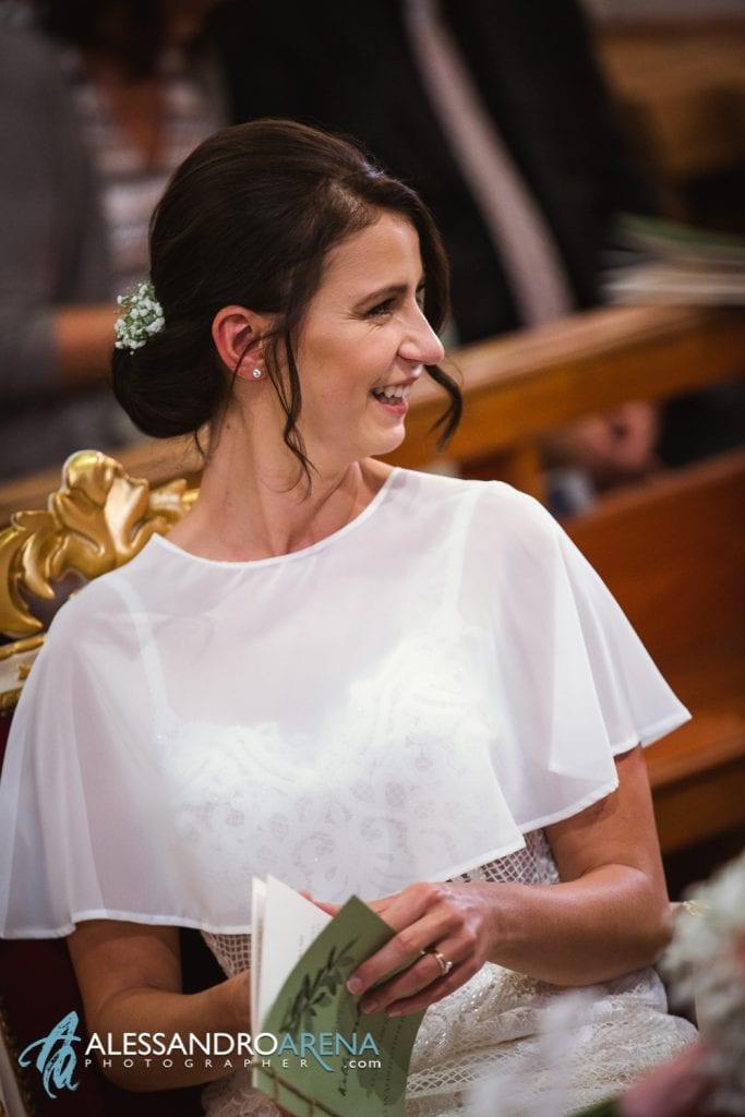 La sposa felice sull'altare