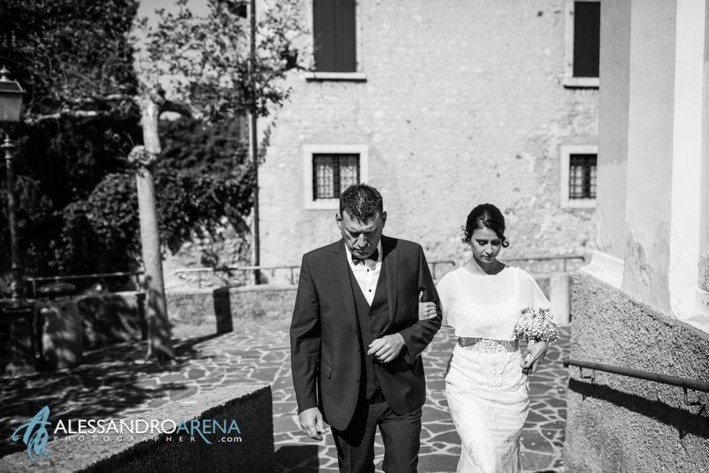Ingresso della sposa - Matrimonio Chiesa San Martino di Albisano - Lago di Garda - fotografo provincia di verona