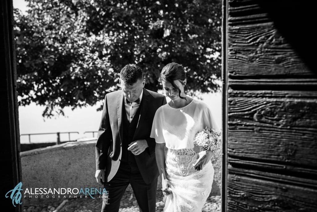 La sposa sull'ingresso Matrimonio Chiesa San Martino di Albisano - Lago di Garda - fotografo provincia di verona