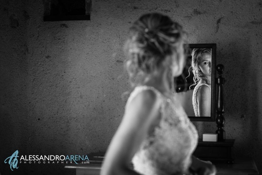 Preparativi sposa al Mulino dell'olio - Location matrimoni varese - La sposa si guarda allo specchio