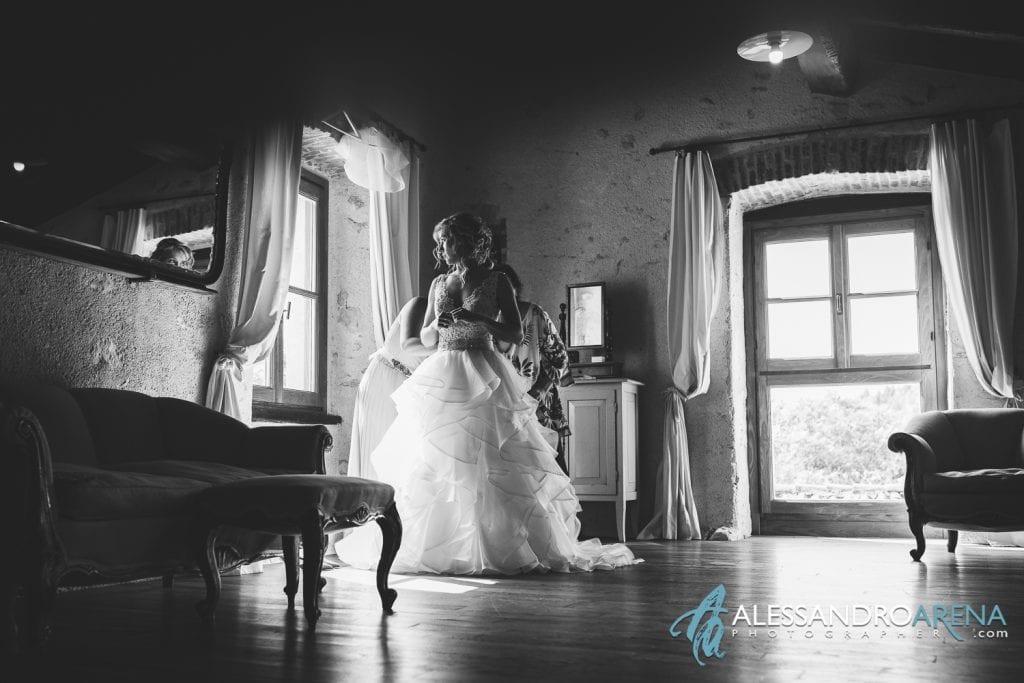 La sposa chiama i rinforzi per indossare l'abito
