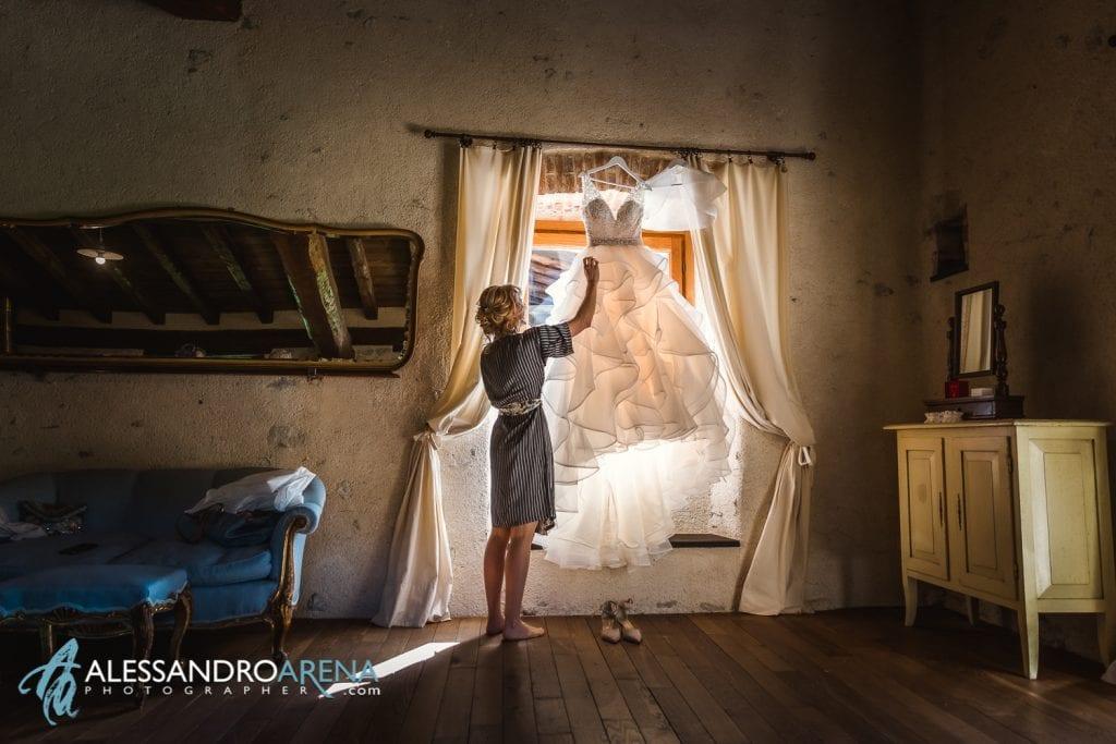 Preparativi sposa al Mulino dell'olio - Location matrimoni varese - Sposa sta per indossare l'abito