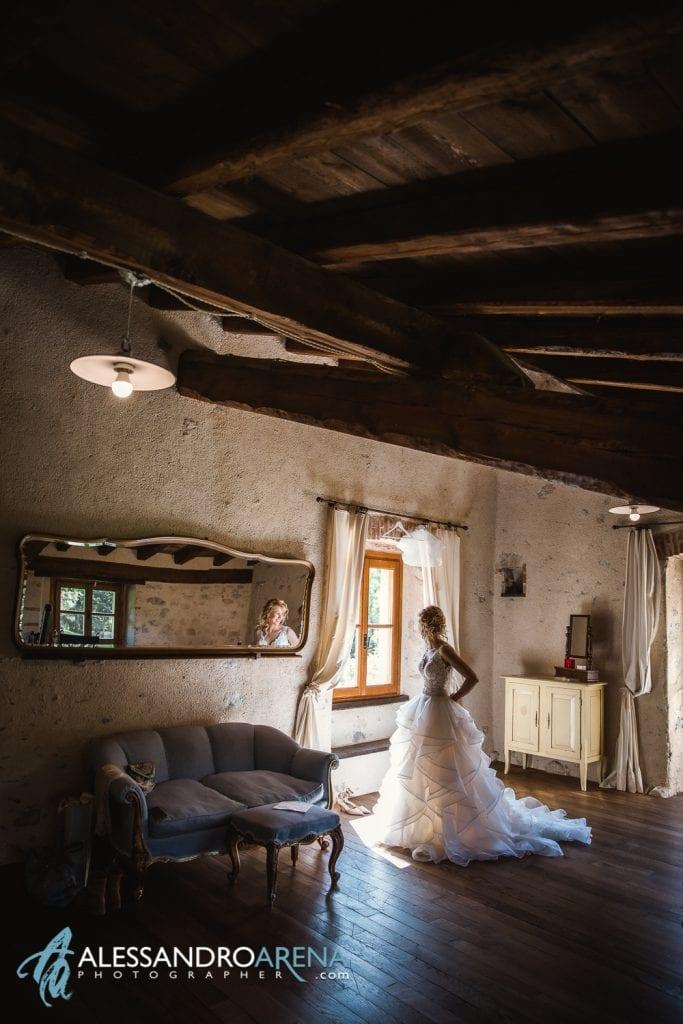 La sposa ha appena indossato l'abito