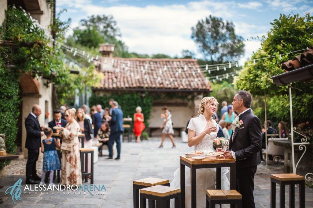 Sposi durante l'aperitivo - Reportage al Mulino delL'olio - Pirola Catering Varese