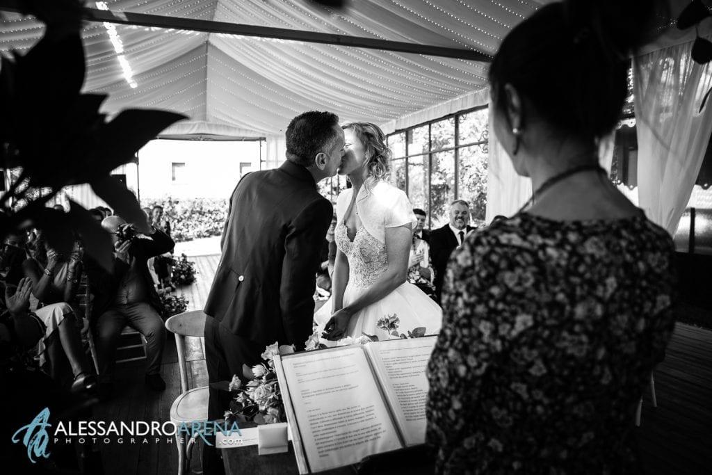 Lo sposo può baciare la sposa - Rito civile Mulino dell'olio - Location per matrimoni Varese
